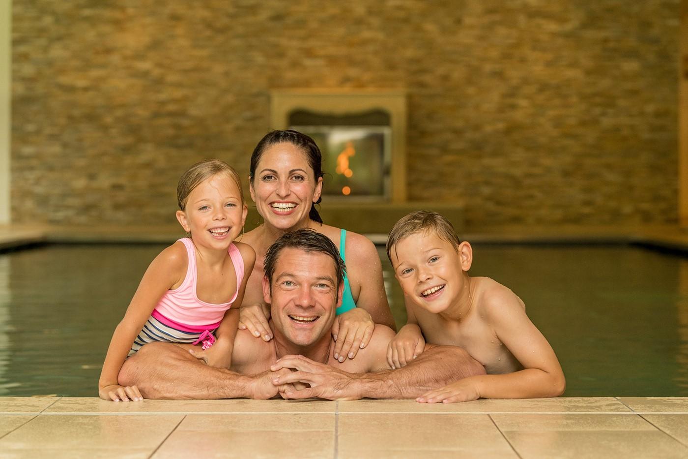 Familie im Schwimmbad des Marienhöh