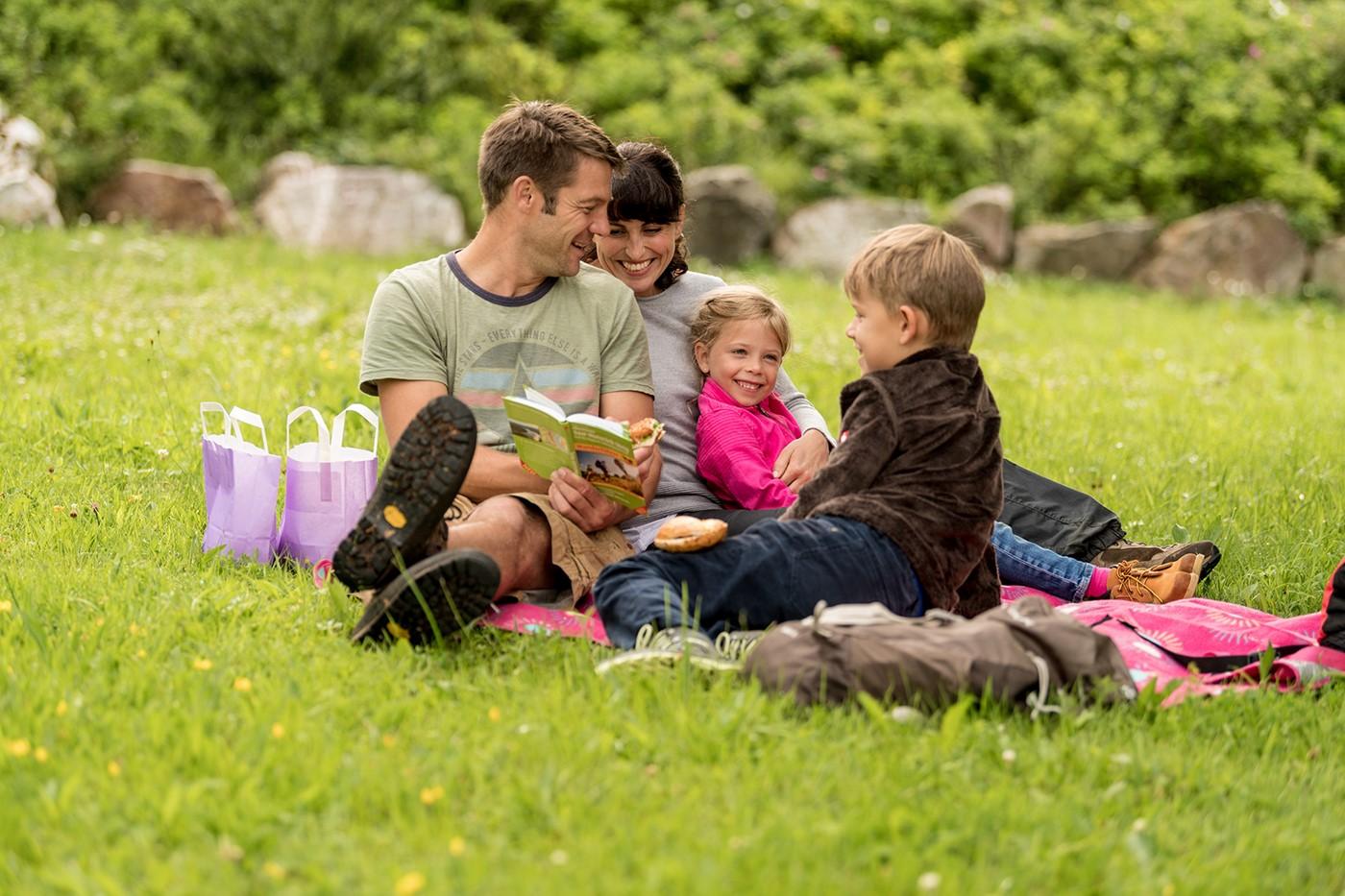 Familie auf einer Wiese im Familienurlaub