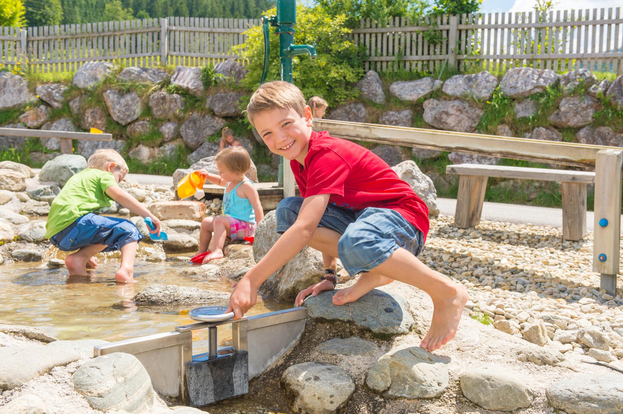 Wasserspaß am Kinder-Wasser-Spielplatz