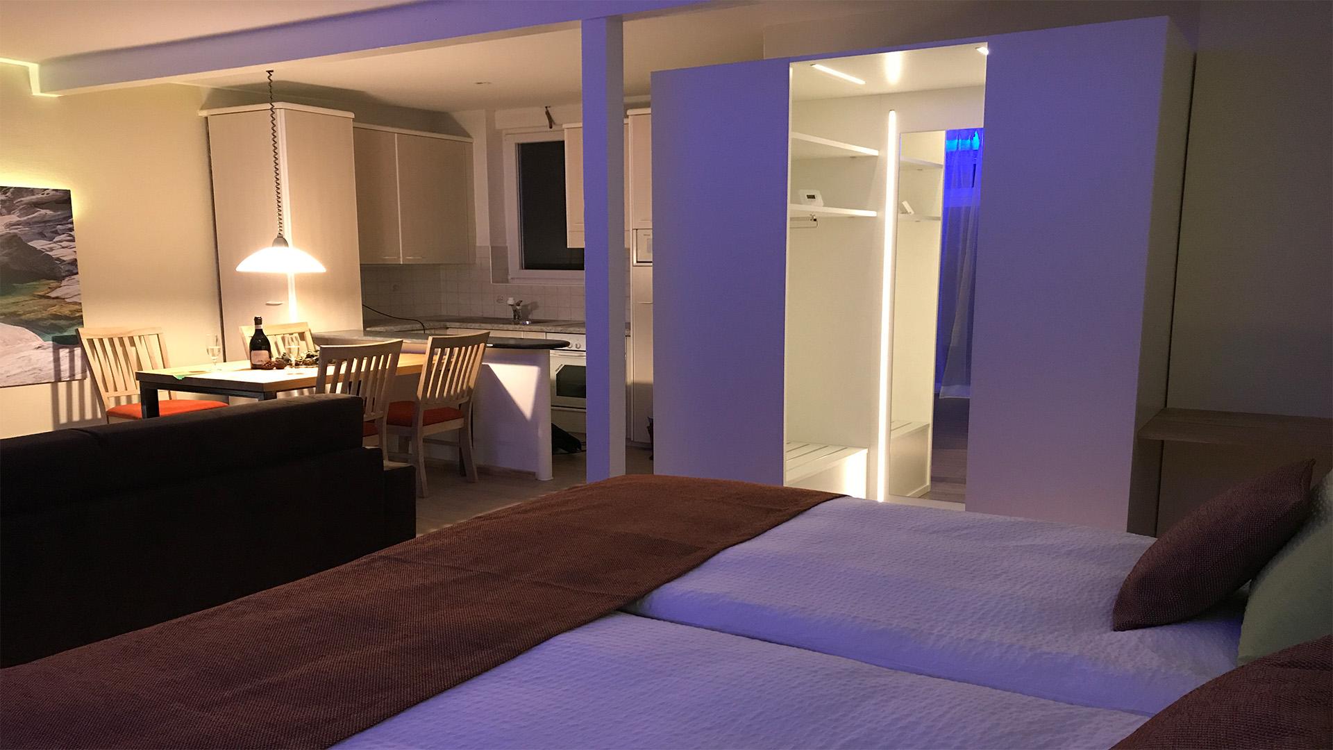 Studio mit 2 Box Spring Betten, Beleuchtetem und begehbarer  Kleider-Kabine, sehr bequeme Ausziehe-Sofa-betten