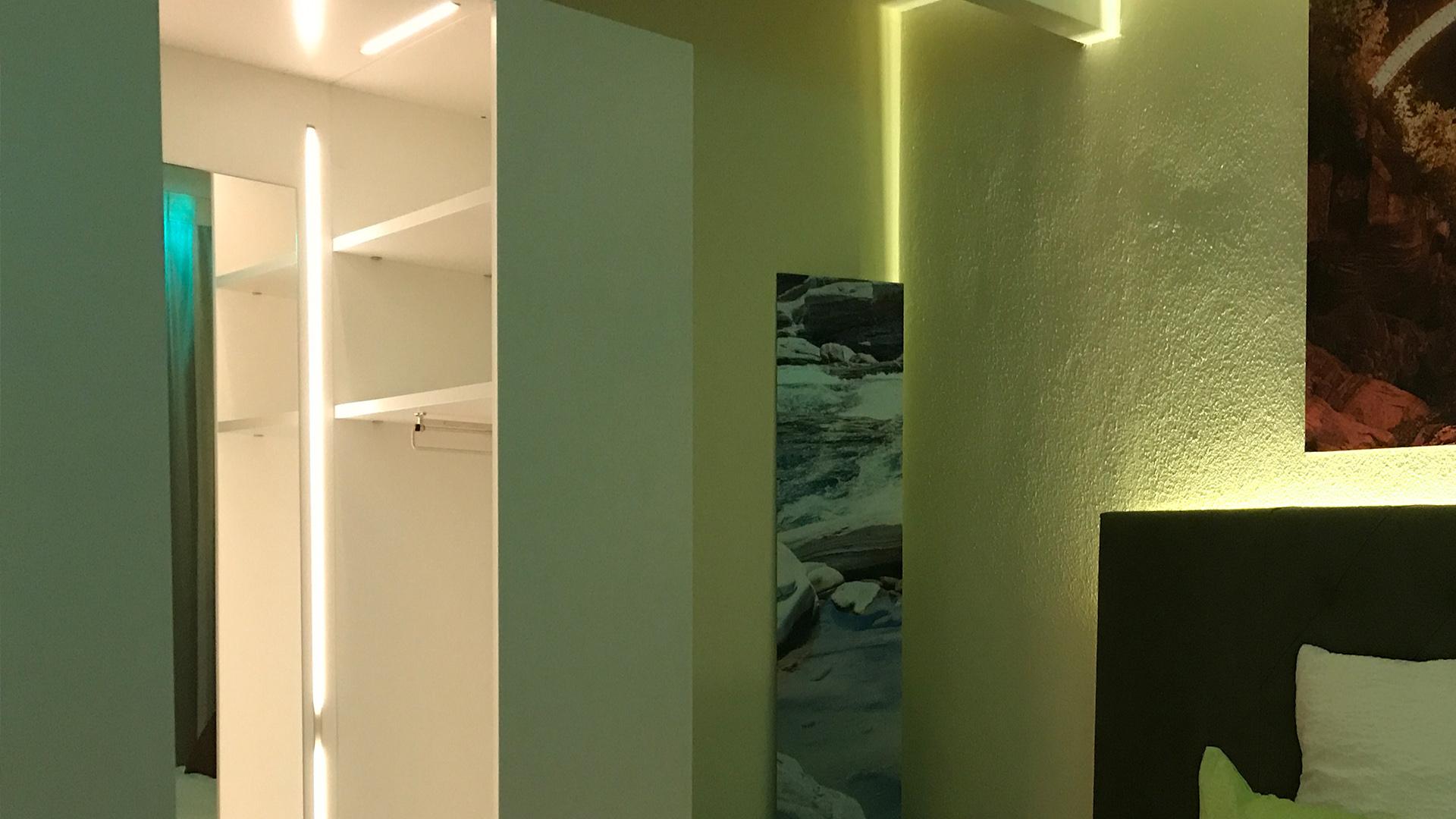 Bequeme Betten mit Kopfbrettbeleuchtung, Schwanenhalslampe, Schreibtisch mit USB Stecker und beleuchtete Kleiderkabine