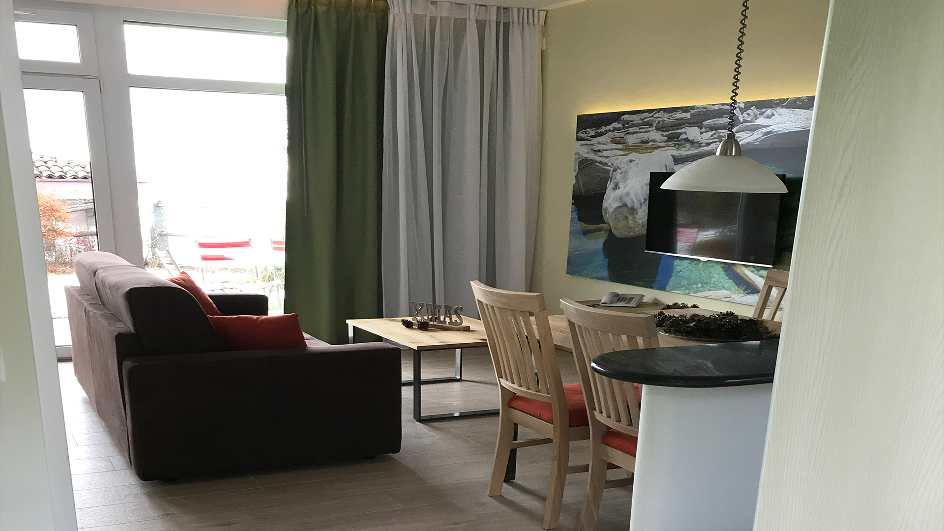 Mit Küche, Esstisch für 4 Personen, zweier Sofa, Kleider-Schrank-Kabine, Bequeme Box-spring Betten