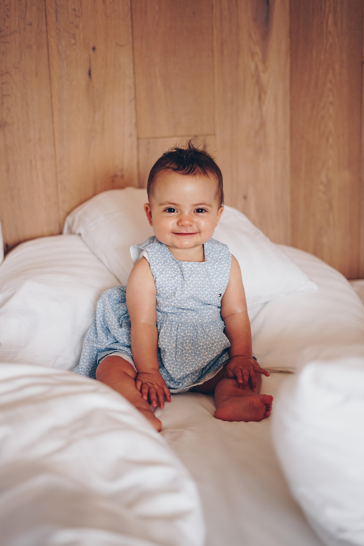 Baby auf dem Bett
