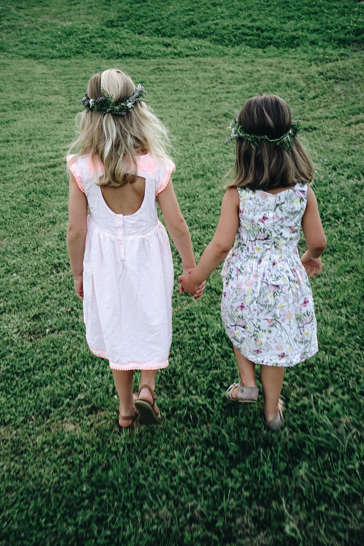 Mädchen Hand in Hand auf der Almwiese